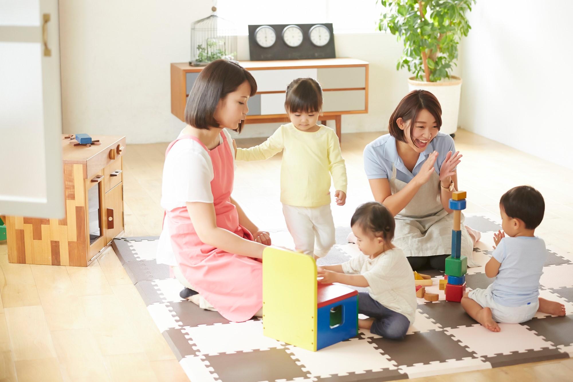 子供が保育園で遊ぶ写真